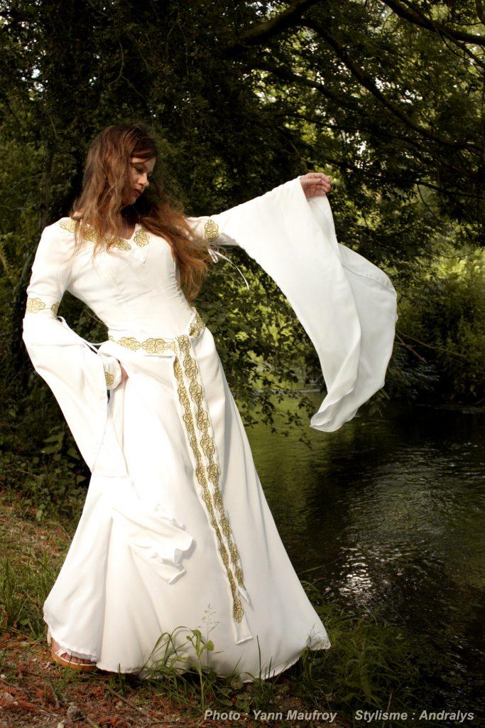 robe de mariée médiévale celtique en soie brodée